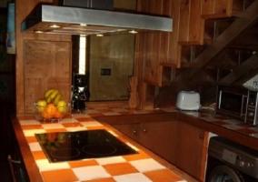 Cocina con tres tramos de encimera y lavadora