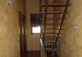 Escaleras y descansillo en el primer piso
