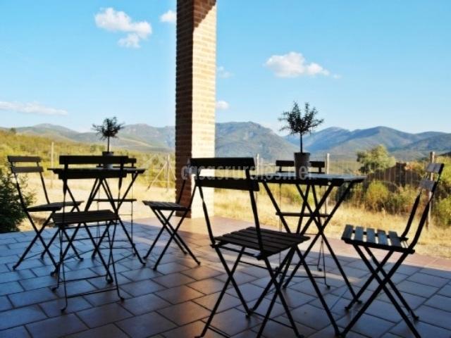 Mobiliario de jardín presente en la terraza de la vivienda