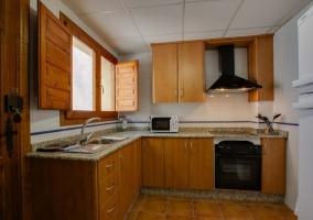 Cocina con encimera de granito y ventana central