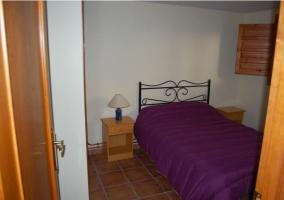 Dormitorio de matrimonio con colcha en color morado