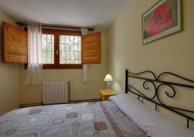Dormitorio de matrimonio con ventana en el lateral