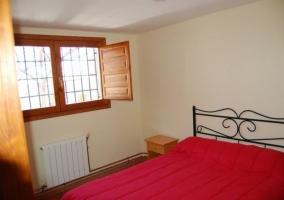 Dormitorio de matrimonio con ventana que ilumina la colcha