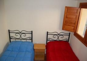 Dormitorio doble con camas individuales de colchas coloridas