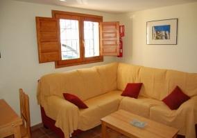 Sala de estar en madera y tonos amarillos