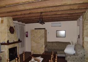 Sala de estar con chimenea y sofás