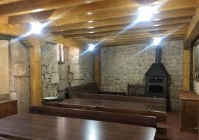 Sala de estar y comedor con la chimenea delante