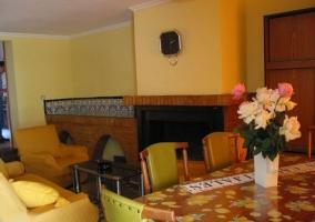 Sala de estar con comedor junto a la puerta principal
