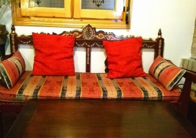 Sala de estar con la amplia chimenea cubierta de ladrillo