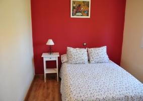 Dormitorio de matirmonio con pared roja