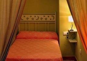 Cama separada del dormitorio por cortina