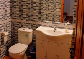 Lavabo y wc de uno de los baños