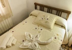 Risco Chico dormitorio con cama matrimonial y toallas