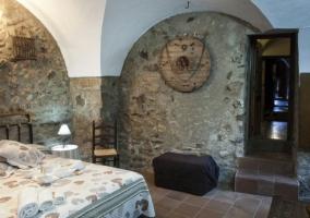 Risco Chico dormitorio con paredes de piedra