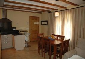 Sala de estar con televisor y cocina abierta