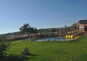 Zona ajardinada junto a la piscina de la vivienda