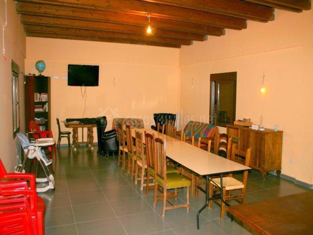 Sala del merendero con mesa grande y juegos