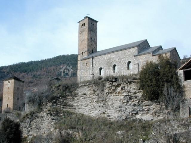 Vista de la iglesia de San Saturnino en Oto
