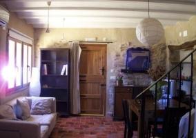 Sala de estar con puerta de madera