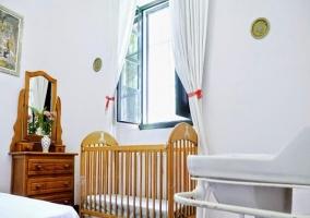 Dormitorio blanco de matrimonio