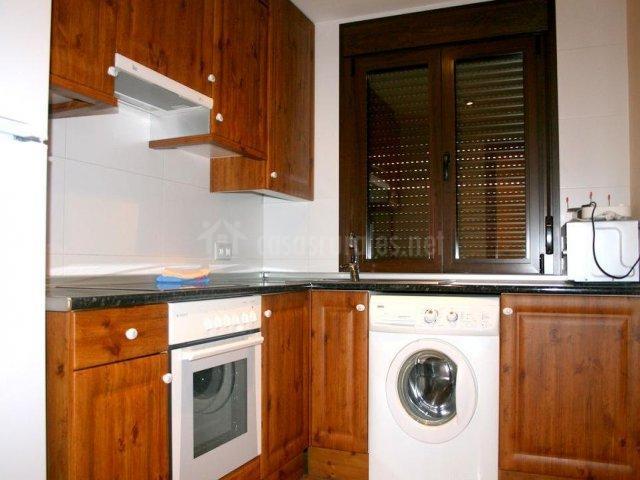 Cocina con encimera en L y horno y microondas