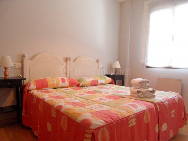 Dormitorio con dos camas con colchas de colores