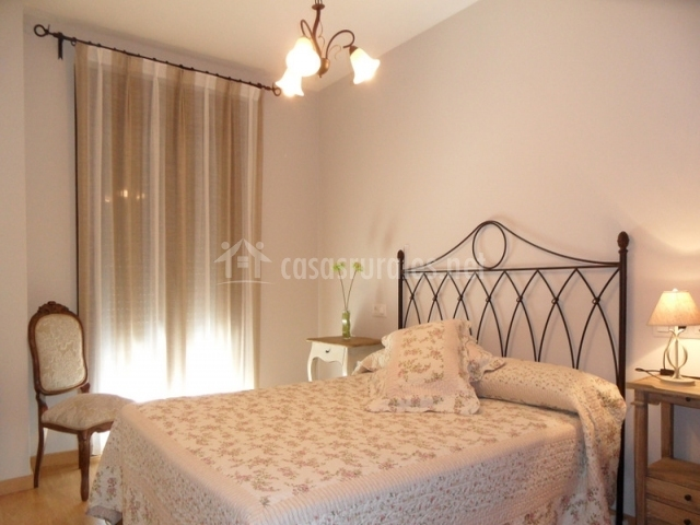 Dormitorio de matrimonio con lamparita encendida