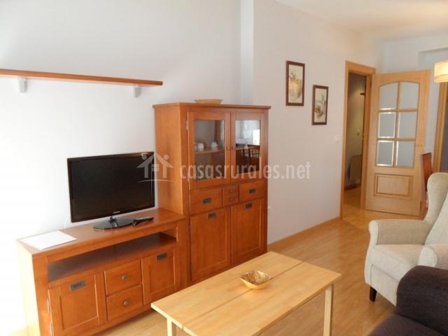 Mueble grande con televisor en sala de estar