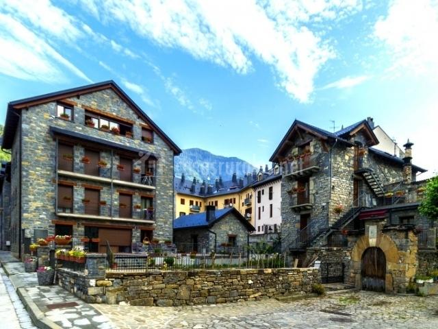 Vista del edificio y otras casas