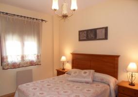 Dormitorio con cama grande de matrimonio