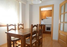 Mesa de comedor y  entrada a cocina