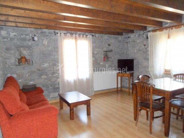 Sala de estar con paredes de piedra