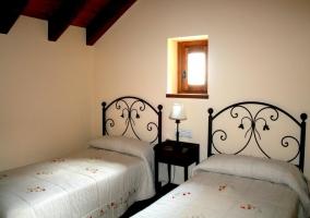 Dormitorio doble con dos camas y abuhardillado