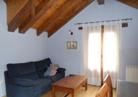 Sala de estar con paredes azules