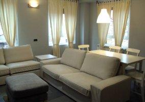 Sala de estar con sofá y televisión