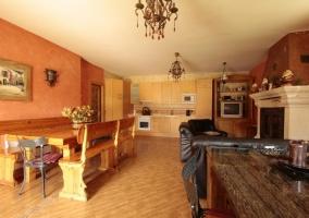 Sala de estar con sofá y chimenea