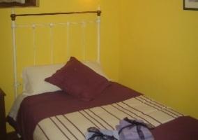 Dormitorio de matrimonio con paredes amarillas