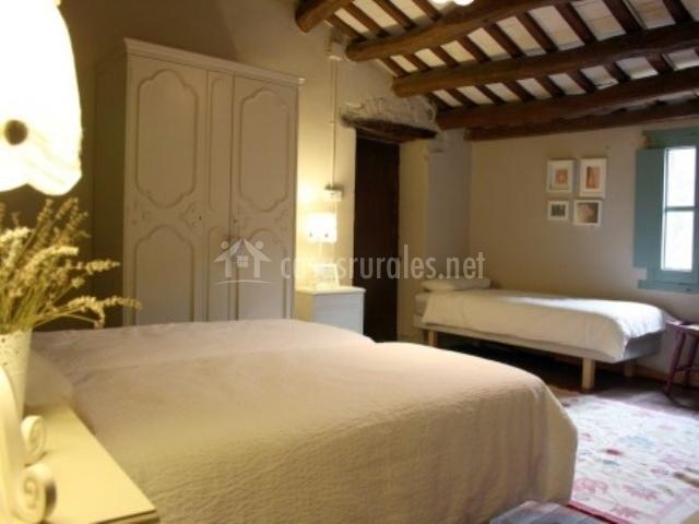 Dormitorios muy amplios con cama de matrimonio