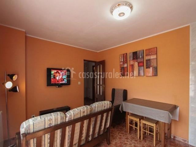 Sala De Estar En Naranja ~ Sala de estar en naranja con mesa para comer