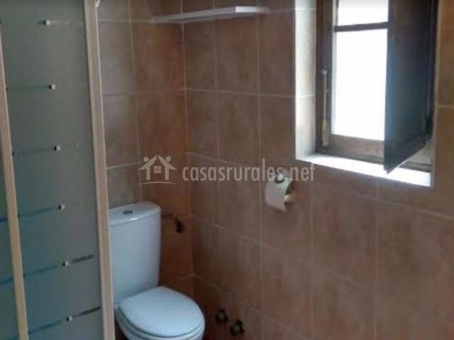 Aseo de la casa con ducha y ventanas
