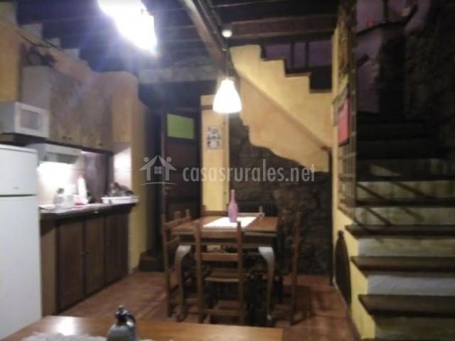 Cocina y comedor junto a las escaleras
