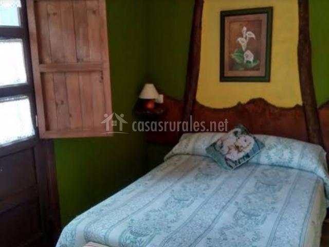 Dormitorio con paredes verdes
