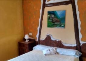 Dormitorio con cama de matrimonio y colcha blanca