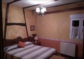 Dormitorio de matrimonio con sus ventanas