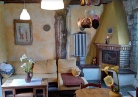 Sala de estar con mesa y chimenea haciendo esquina