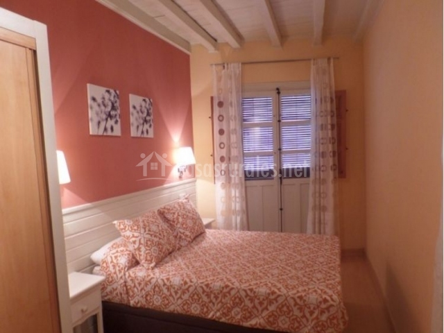 Dormitorio de matrimonio en la planta superior con balcón