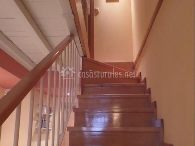 Escaleras de acceso a los dormitorios con peldaños de madera