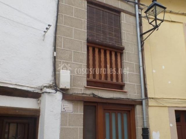 Vistas de la fachada con balcón y balaustrada de madera
