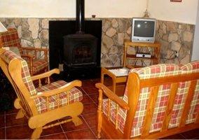 Sala de estar con sillones junto a la chimenea