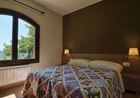 Dormitorio con camas individuales y calefacción